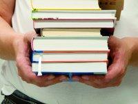Student mit Bücherstapel