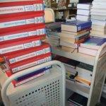 Stapel von Büchern auf Transportwägen