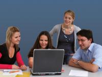 Gruppe von Studierenden mit Laptop