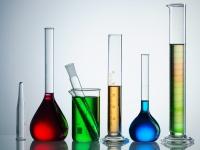 Reagenzgläser und Kolben voller verschiedenfarbiger Flüssigkeiten