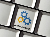 "Computer keyboard with the key label ""Jahresarbeiten"" (annual IT system maintenance)"
