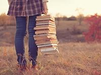 Studentin mit Bücherstapel