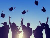 Studierende, die ihren Studienabschluss feiern
