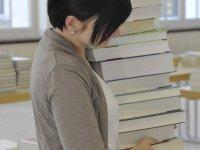Studentin beim Lehrbuchverkauf