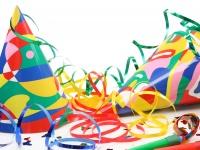 Faschingsmotiv mit Partyhütchen und Luftschlangen